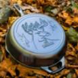 Чугунная сковорода круглая Wildlife Series Deer 26 см Lodge \ L8SKWLDR